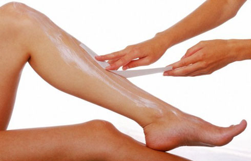 Mách chị em cách chăm sóc da trước và sau khi waxing lông chân 2