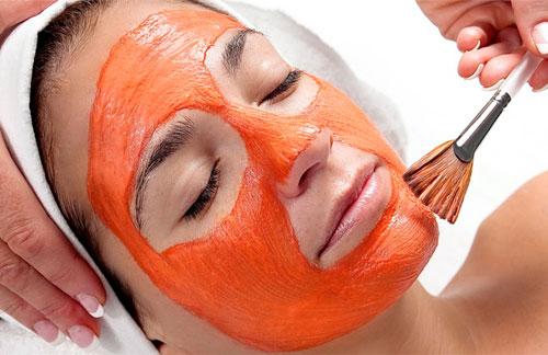 Tẩy da chết trước khi thực hiện cách tẩy lông mặt bằng cà chua