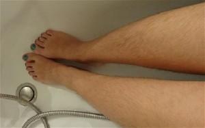 Nhổ lông chân có ảnh hưởng gì không?