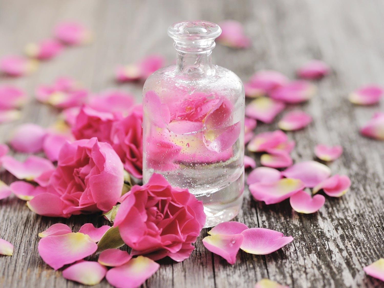 Sau khi nhổ lông nách nên thoa nước hoa hồng