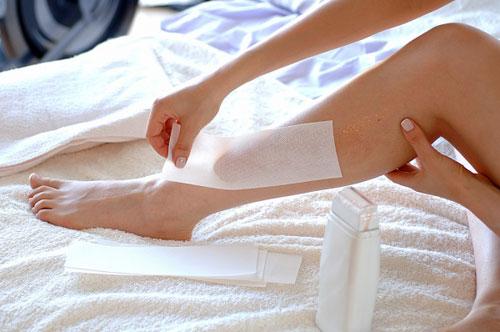 Có nên wax lông chân tại nhà không