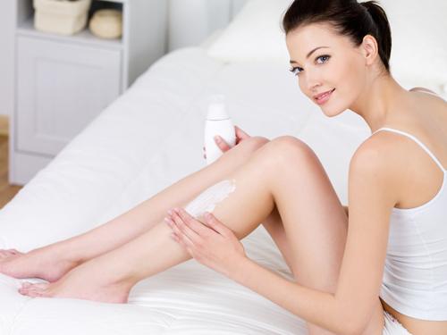 Nên thực hiện thoa kem dưỡng ẩm sau khi cạo lông chân