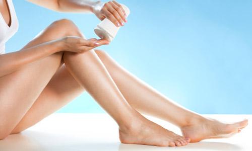 Thoa kem dưỡng ẩm sau khi cạo lông chân tại nhà