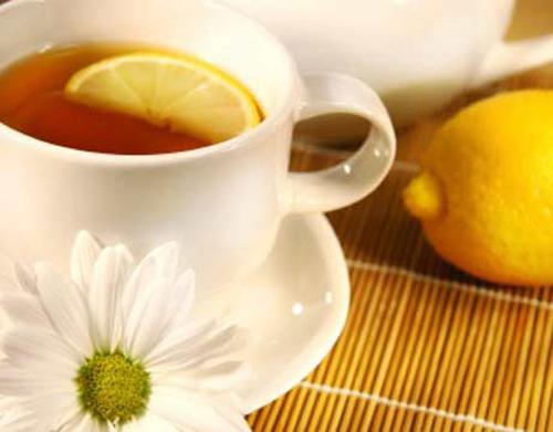 Tẩy lông mặt bằng trà hoa cúc và nước chanh là cách làm dân gian