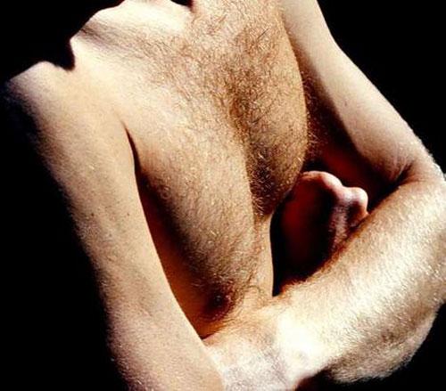 Đàn ông có lông ngực thì sao?