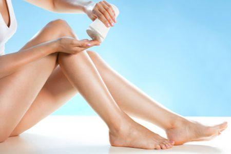 Bước đầu tiên để waxing tại nhà là bôi kem hoặc bột phấn