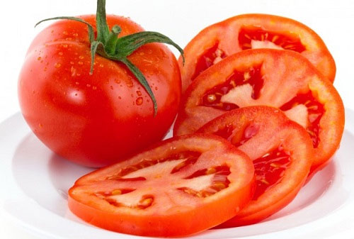 tẩy ria mép với cà chua