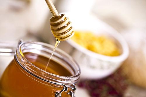 tẩy ria mép với mật ong